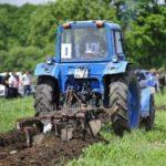 Услуги по вспашке земли трактором. Цена обработки земли трактором.