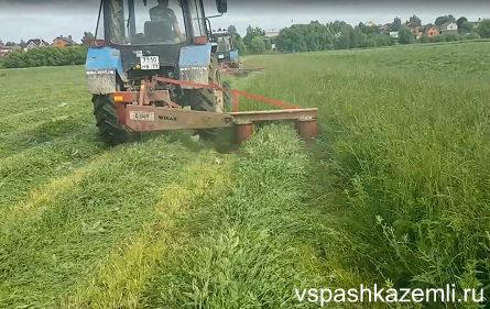 Покос травы трактором
