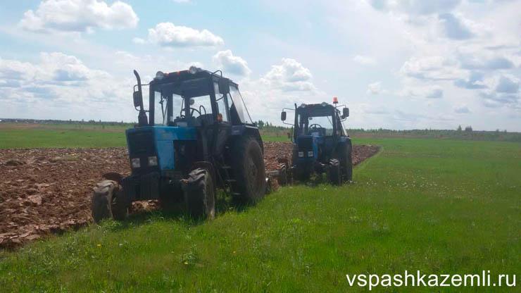 Вспашка почвы тракторами МТЗ